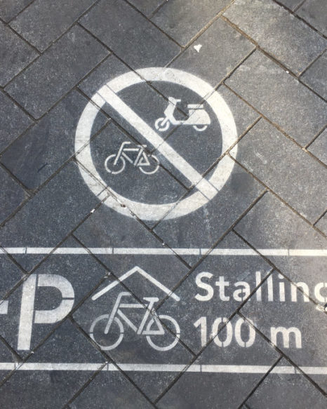 Pictogram pointing to a nearby bicycle garage in Amsterdam (Foto: Alexander Czeh/EXPERI)