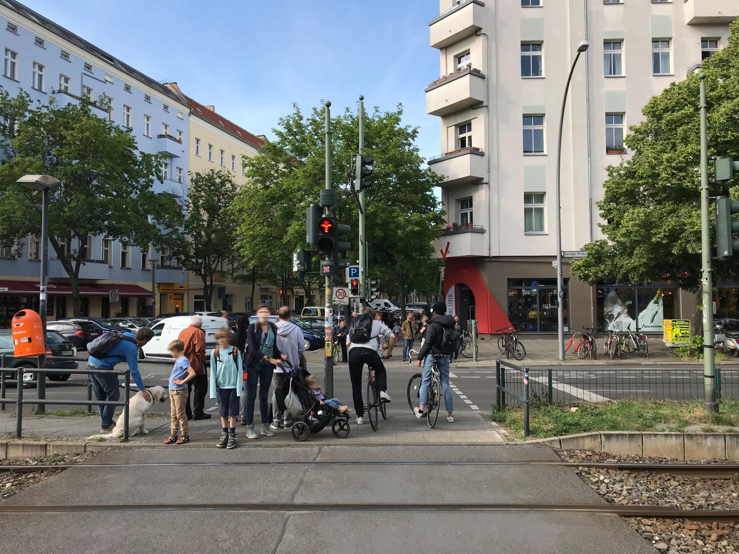 Fußgängerüberweg mit zu kurzer Ampelphase für die aktiven Verkehrsteilnehmer:innen   Foto: Marlene Sattler · EXPERI