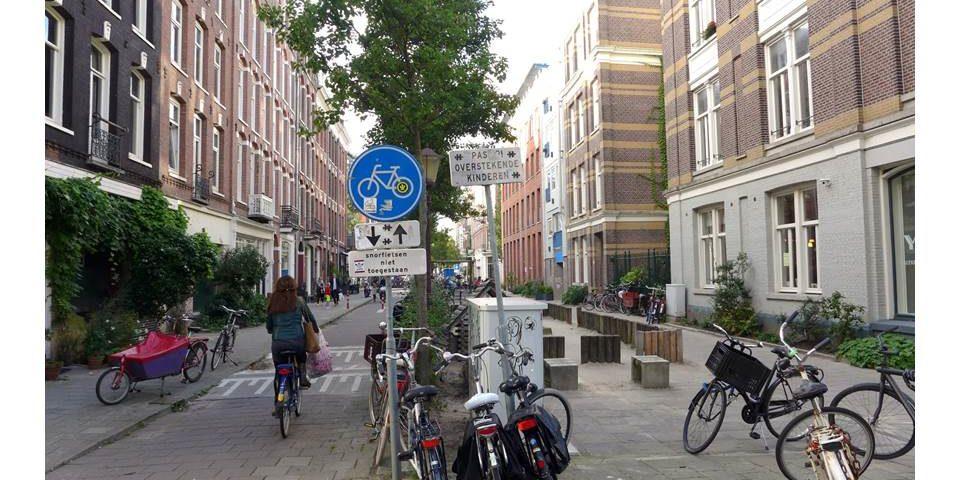 Umgewandelte Straße in Amsterdam für mehr Aufenthaltsqualität
